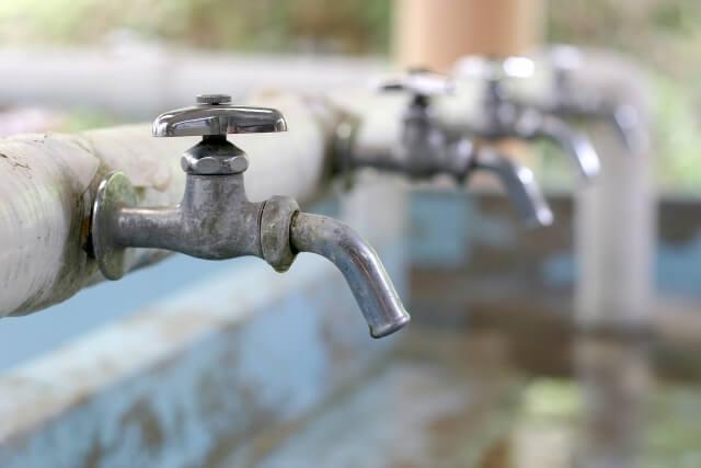 サビがある配管パイプを通った水道水