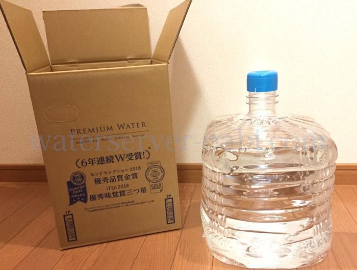 ダンボールと水ボトル